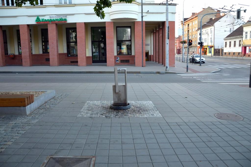 Pítko na začátku ulice Husistká.