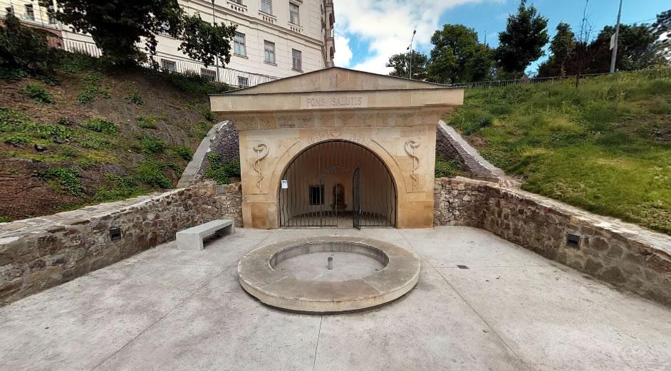 Uvnitř altánku v parku Studánka kousek od Petrova naleznete pítko.