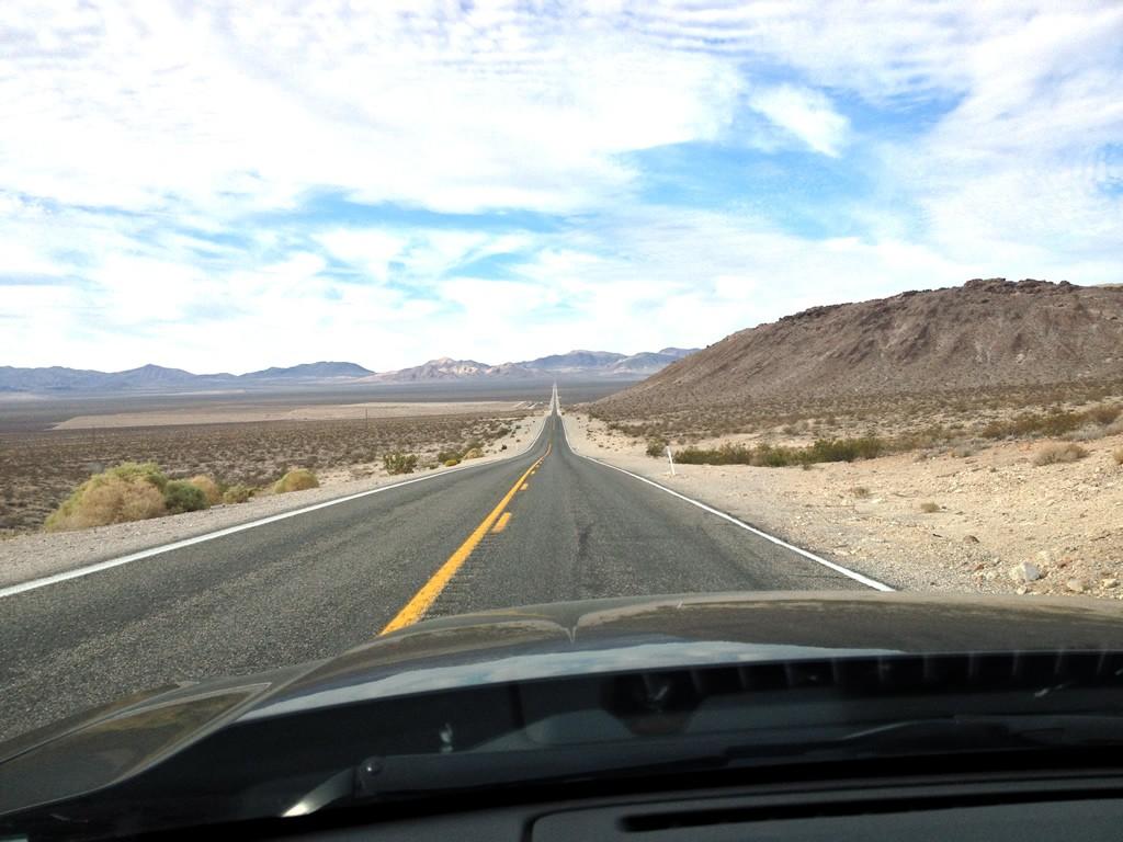 Perfektně rovná silnice na cestě do Oblasti 51