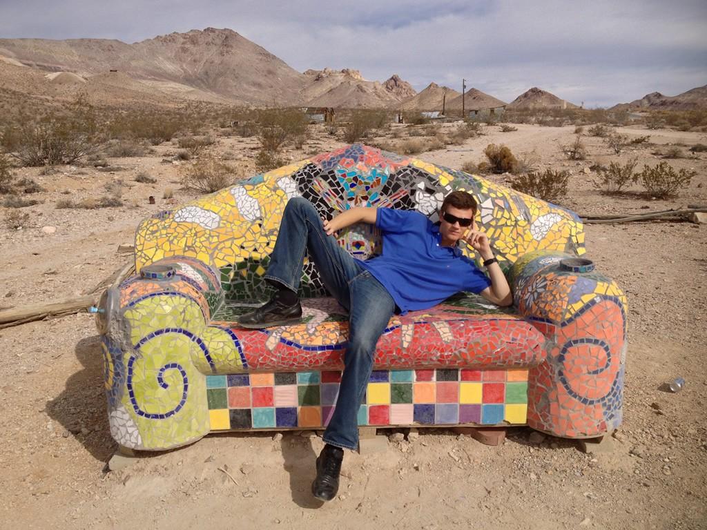 Kamenný mozaikový gauč ve městě duchů