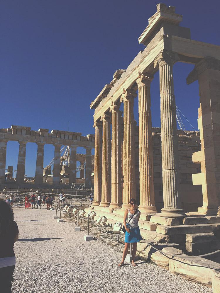 Chrám v ionském řádu Erechtheion, v pozadí Parthenon. Součást Akropole