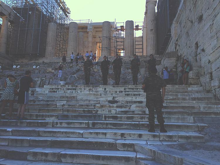 Vojáci u vstupu do Akropole