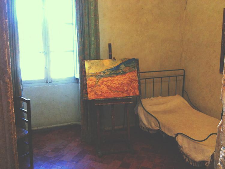 Ten samý pokoj s trochu odlišným nábytkem