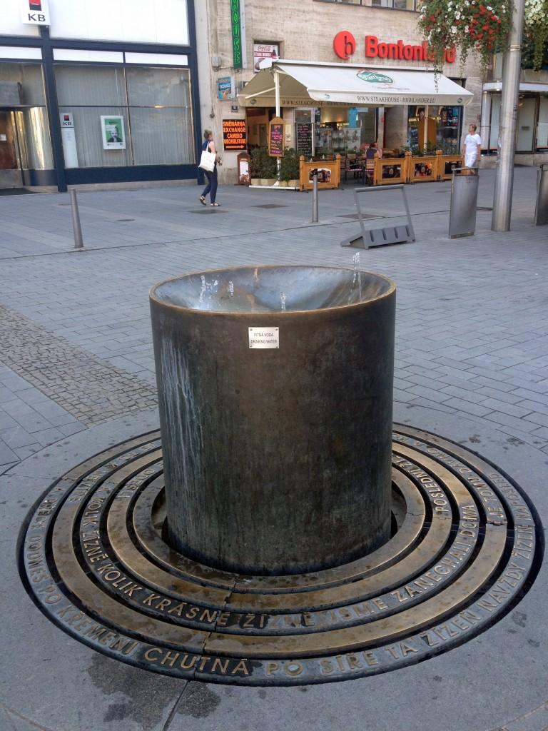 Skvělá fontánka s pitnou vodou před Bontonlandem