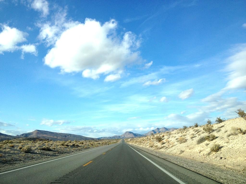 Cesta je cíl. Tato cesta vede do města Rachel v Nevadě.